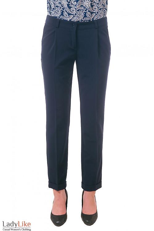 Фото Брюки темно-синие с защипами и манжетами Деловая женская одежда