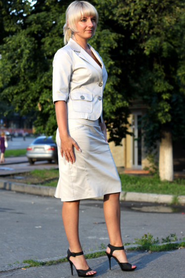 Юбка бежевая со складками сзади  Деловая женская одежда
